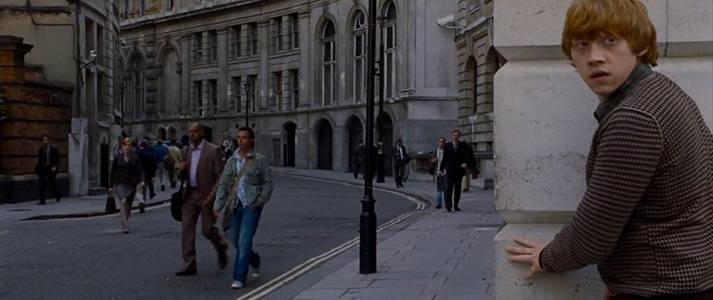 Ron_Weasley_in_the_Muggle_street_of_London