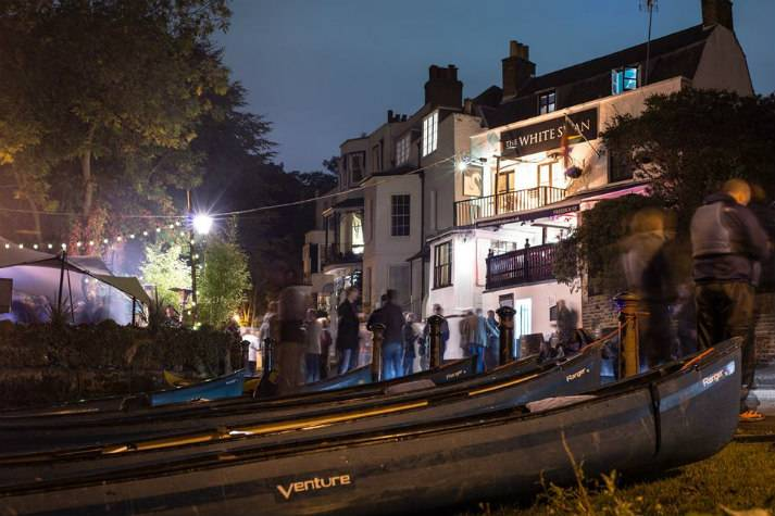 london-incognito-bespoke-events-canoeing-in-richmond-pub-by-the-river